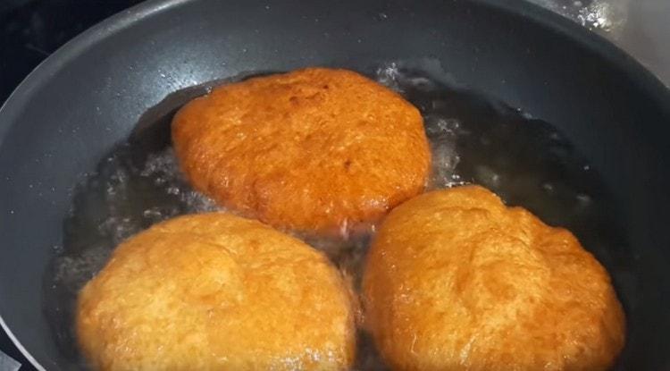 Обжариваем беляши с мясом до золотистого цвета.