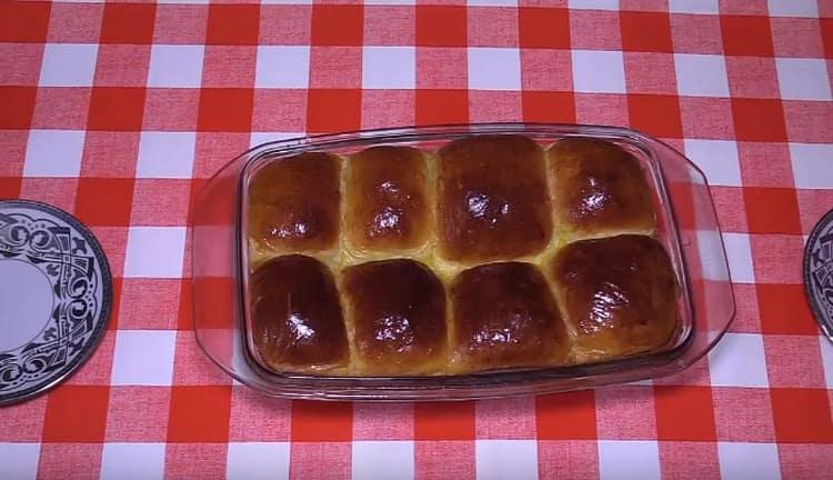 Вот такие замечательные булочки на кефира в духовке на дрожжах сможете приготовить и вы, следуя этому рецепту.