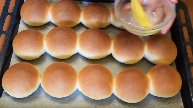 Горячие булочки смазываем получившимся сиропом.