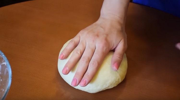 Вымешиваем мягкое тесто, оно не должно липнуть к рукам.