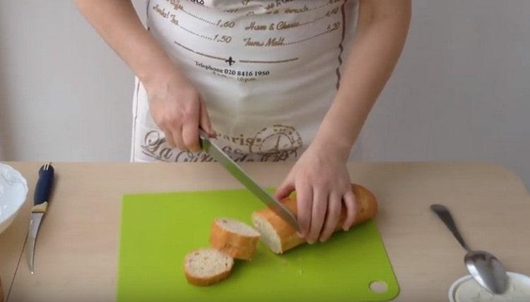 Нарезаем ломтиками багет.