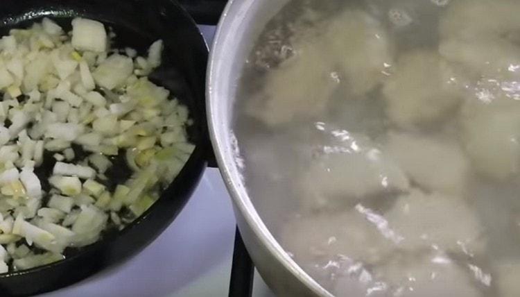 Пока варятся вареники, на сковороде обжариваем до золотистого цвета лук в растительном масле.