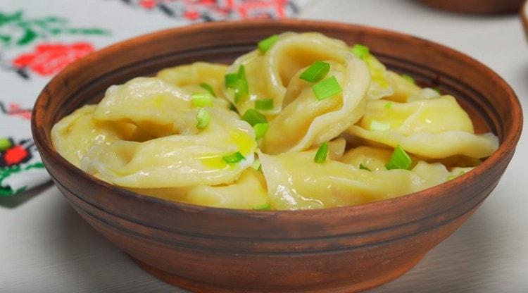 Блюдо можно подавать с измельченным зеленым луком и другой зеленью.