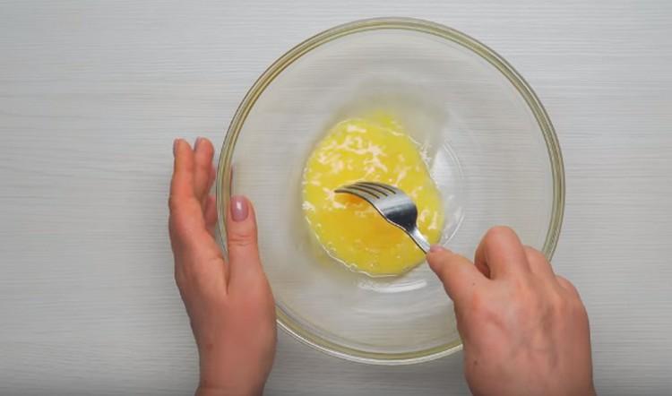 Взбиваем яйцо с солью.
