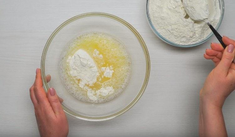 Перемешав яйцо с водой, начинаем добавляем в эту смесь муку.