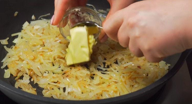 Когда лук зазолотится, добавляем к нему кусочек сливочного масла, перемешиваем.