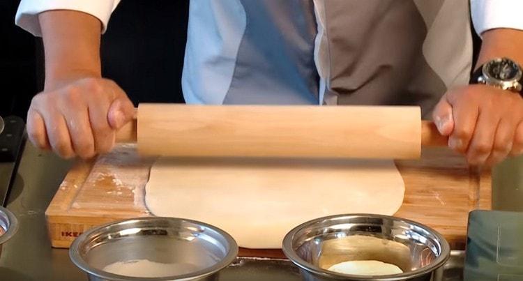 Тонко раскатываем тесто.