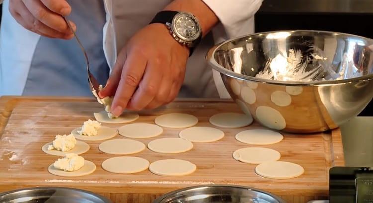 На каждую заготовку выкладываем сырную начинку.