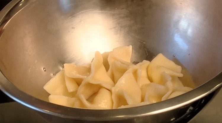 Готовые вареники смазываем сливочным маслом.