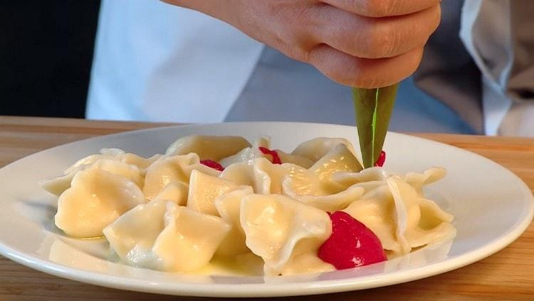 При подаче такие вареники с сыром украшаем свекольным кремом.