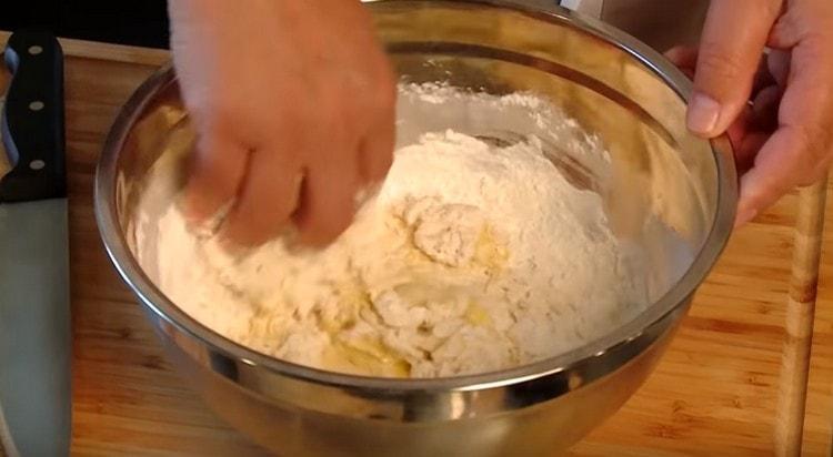 Замешиваем тесто на основе муки, соли, воды и яйца.