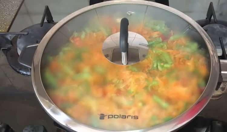 Для приготовления фаршированной скумбрии потушите овощи под крышкой