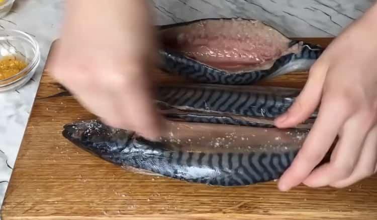 Для приготовления фаршированной скумбрии добавьте специи
