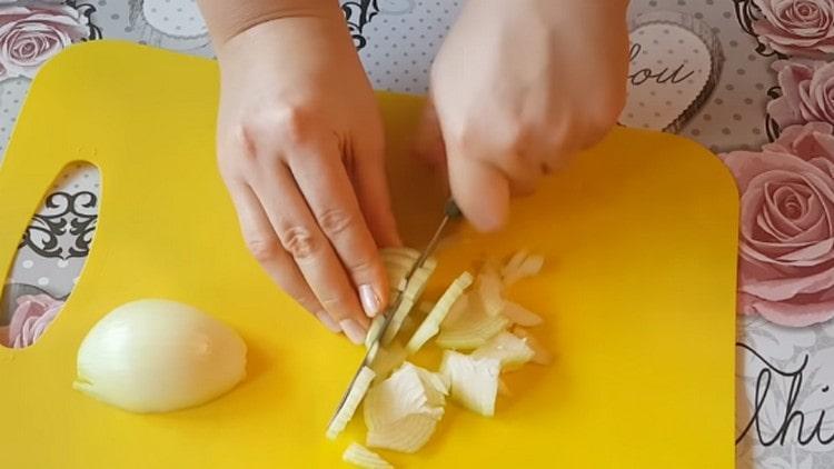 Нарезаем четвертькольцами лук.