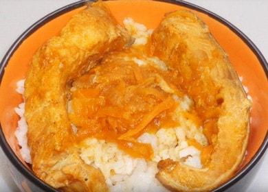 Горбуша, тушеная с морковью и луком на сковороде