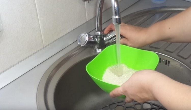Рис промываем холодной водой.