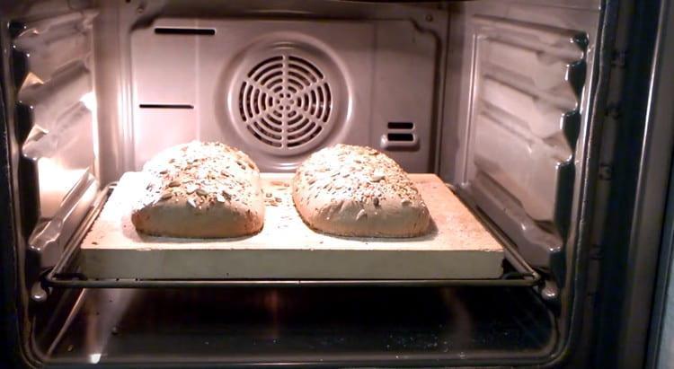 Отправляем наш заварной хлеб в духовку.