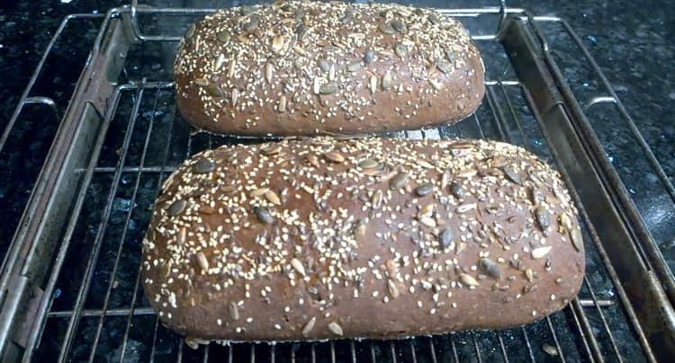 Аппетитный заварной хлеб с семенами готов.