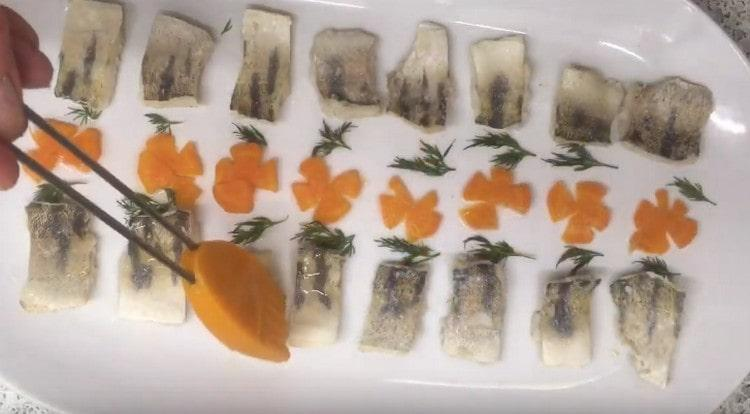 Прокапываем кисточкой бульон на рыбу и украшения и ставим в холодильник.