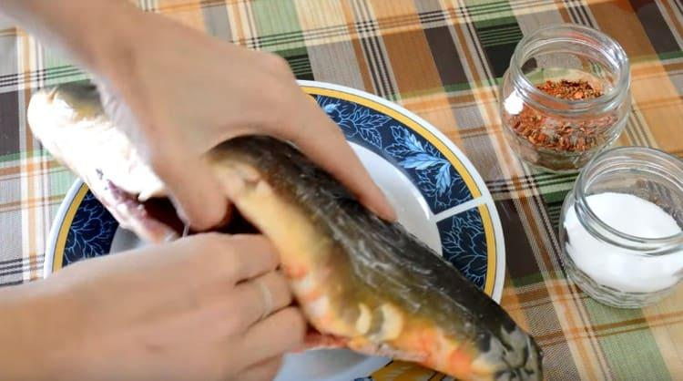 Смазываем рыбу внутри и снаружи солью.