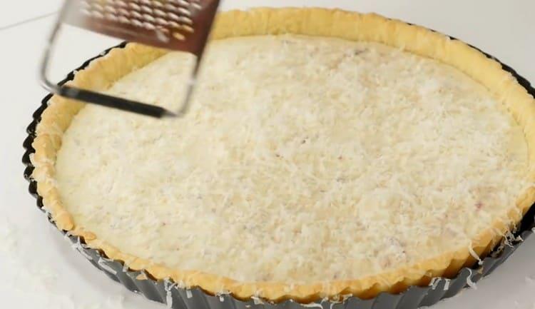 Сверху на пирог натираем оставшийся сыр.