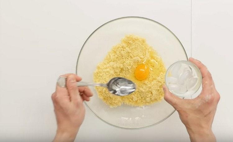 Добавляем яйцо и ледяную воду.