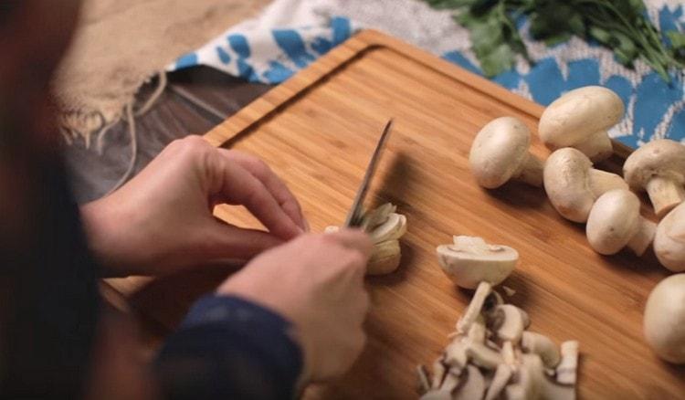 Режем кусочками грибы.