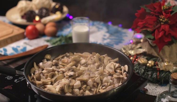 Добавляем к курице грибы, обжариваем вместе, солим, перчим.