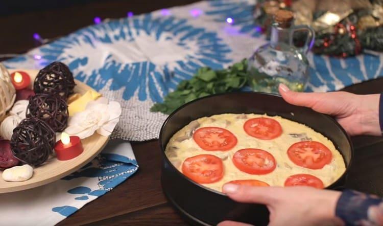 Поверх начинки с заливкой раскладываем нарезанный кружочками помидор.