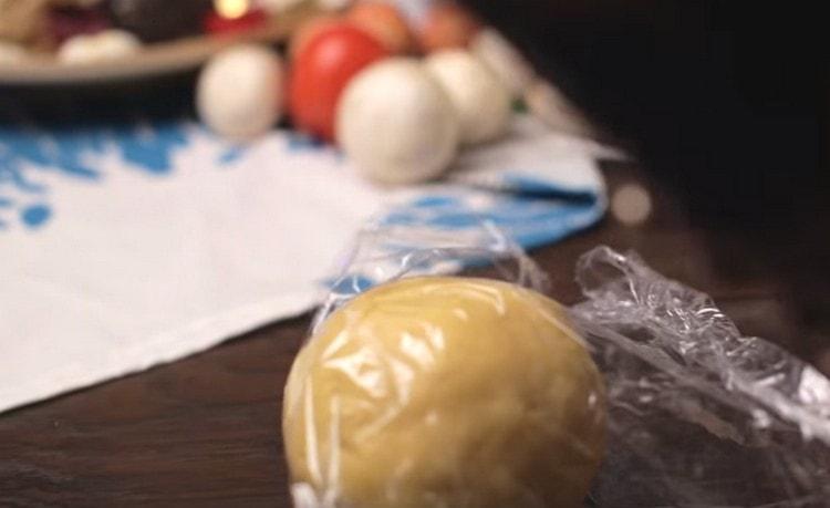 Собираем тесто в ком, заворачиваем в пищевую пленку и кладем в холодильник.