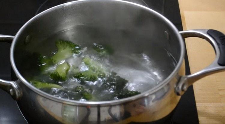 Замороженную брокколи выкладываем в кипящую воду.