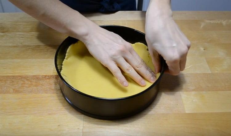 Из большего куска теста формируем подошву для пирога.