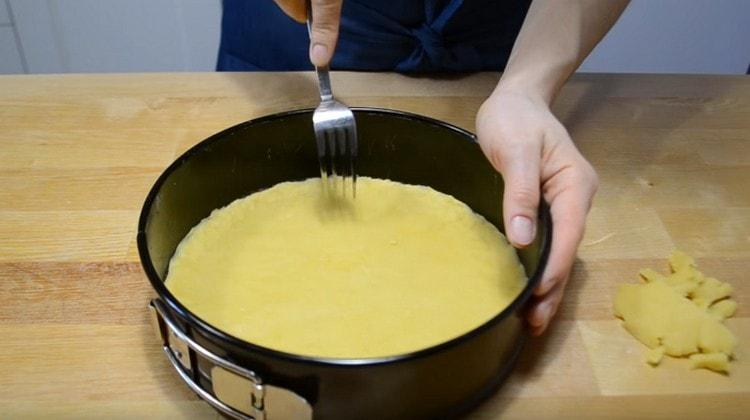 Вилкой накалываем основу пирога.