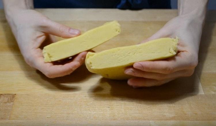 Готовое тесто делим на большую и меньшую части и отправляем их в холодильник.