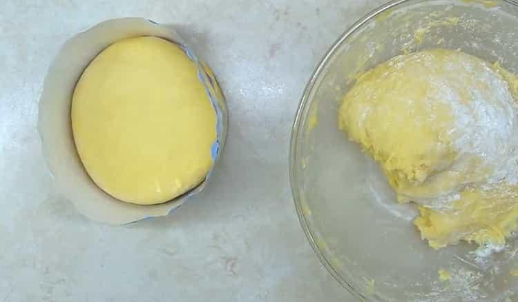 Для приготовления классического кулича по простому рецепту положите тесто в форму