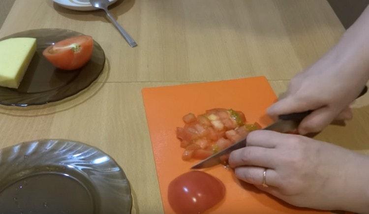 Нарезаем кубиком свежий помидор.