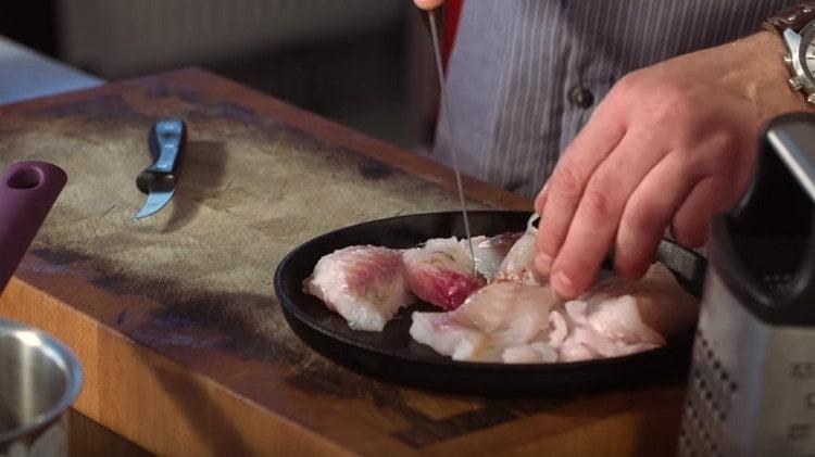 Нарезаем филе судака на куски.
