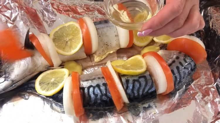 Смажьте рыбу маслом.