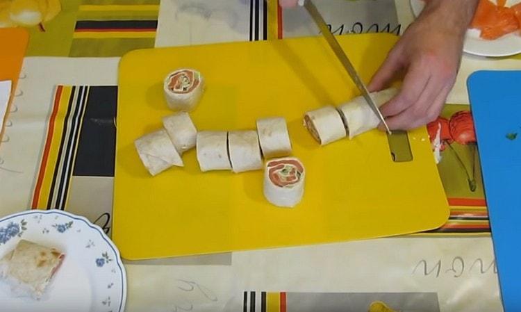Острым ножом режем полученный рулет на порционные кусочки.