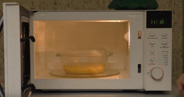 Ставим емкость с макаронами в микроволновку.