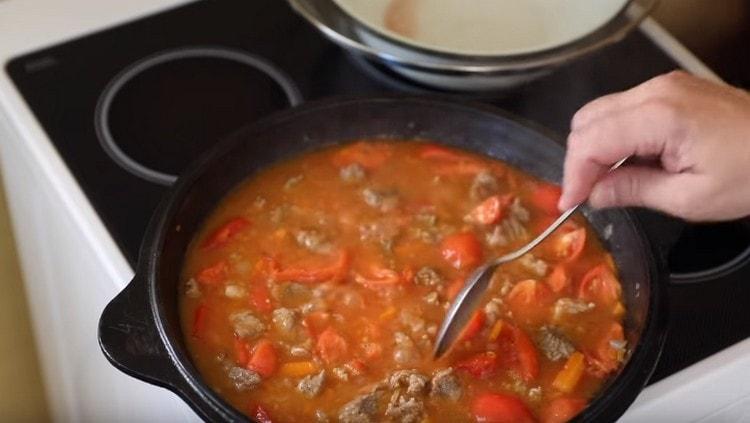 Под крышкой благодаря помидорам на сковороде появится много сока.