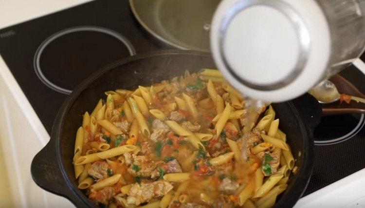 Доливаем воду, чтобы макароны варились в соусе.