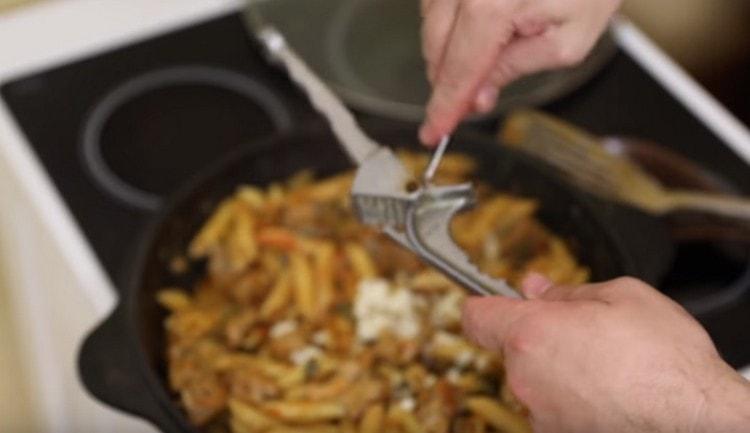 Под конец приготовления через пресс выдавливаем в блюдо чеснок.