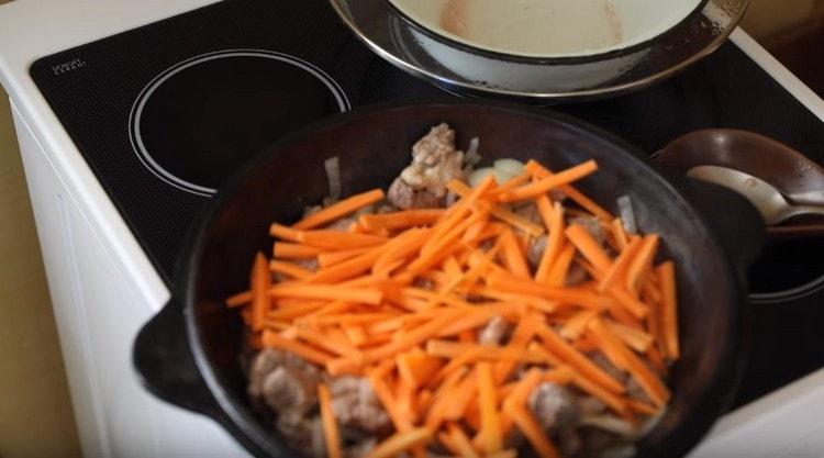 Затем добавляем нарезанную соломкой морковь.
