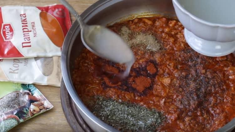 Регулируем густоту соуса, добавляя в него воду после варки макарон.