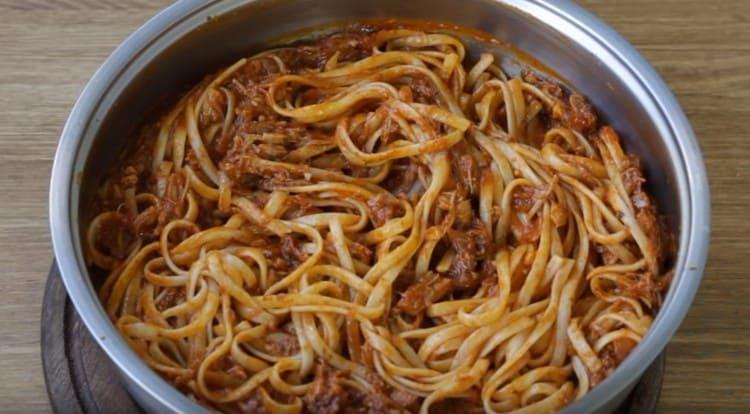 Добавляем в соус макароны, перемешиваем.