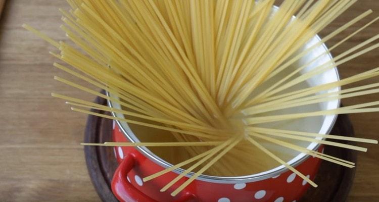 Кипятим воду, выкладываем в нее спагетти.
