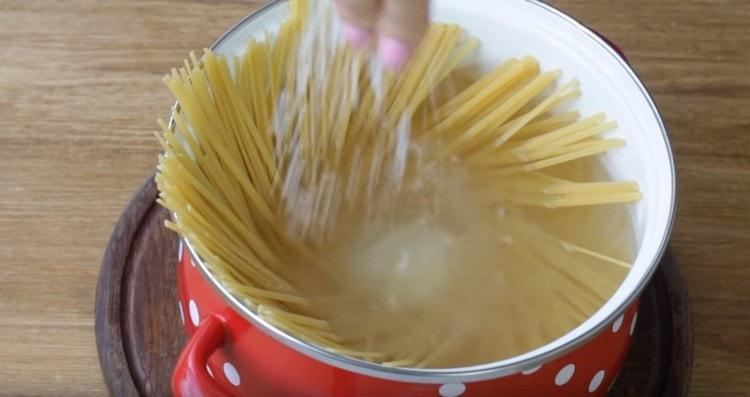 При варке солим спагетти.