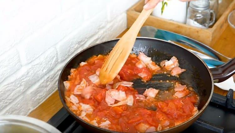 Перемешиваем соус, добавляем специи по вкусу.