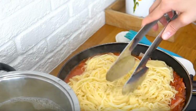 Выкладываем в соус отваренные макароны.